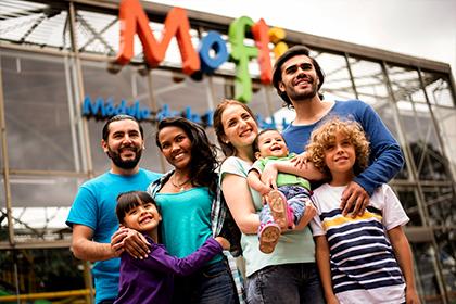 Grupo de familias sonriendo en sede de recreación Compensar