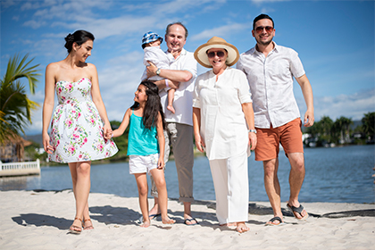 Familia con ropa de verano sonriendo en la playa de lagomar, turismo y centros vacacionales Compensar